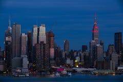 纽约:在黄昏的桃红色反射 库存图片