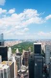 纽约:曼哈顿地平线和中央公园看法从岩石的顶端2014年9月16日 免版税库存照片