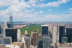纽约:曼哈顿地平线和中央公园看法从岩石的顶端2014年9月16日 免版税库存图片