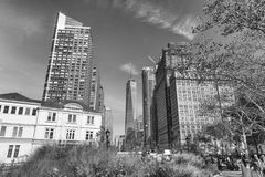 纽约- 2015年10月:沿曼哈顿街道的游人 布加勒斯特c e办公室 库存照片