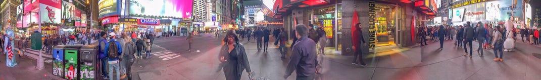 纽约- 2015年10月:游人在时代广场在晚上, 免版税库存图片