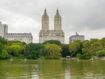 纽约- 2017年9月:湖在秋天中央公园,纽约C 免版税库存图片