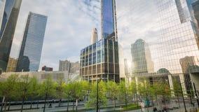 纽约- 2018年5月:Timelapse反射在世界贸易中心一号大楼窗口,自由塔里 股票录像