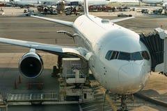 纽约- 2017年8月17日:在柏油碎石地面的达美航空飞机在终端4在JFK国际机场 免版税库存图片