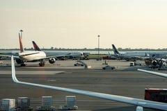 纽约- 2017年8月17日:在柏油碎石地面的达美航空飞机在终端4在JFK国际机场 库存图片