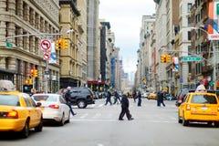 纽约- 2015年3月16日:穿过一条街道的人们在街市曼哈顿 免版税库存照片