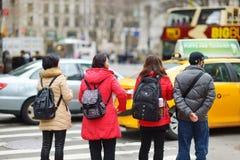 纽约- 2015年3月16日:穿过一条街道的人们在街市曼哈顿 库存照片