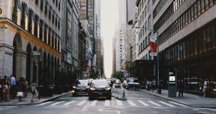 纽约18 08 2017年- 4K拥挤的街timelapse 人们和车在交叉点横穿在高楼之间 股票录像