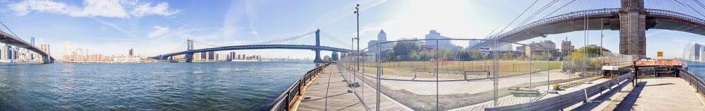 纽约- 2015年10月:游人在布鲁克林大桥公园 图库摄影
