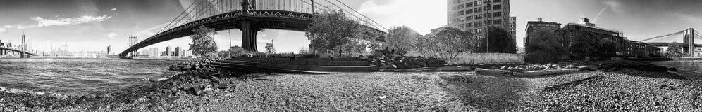 纽约- 2015年10月:游人在布鲁克林大桥公园 库存照片
