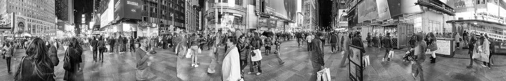 纽约- 2015年10月:游人在时代广场在晚上 免版税图库摄影