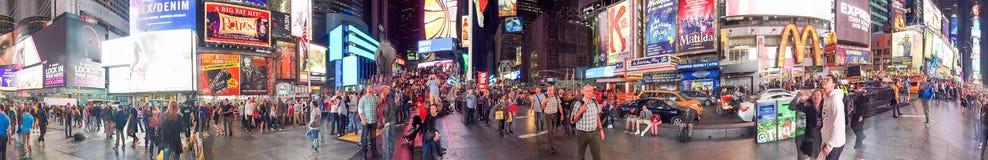 纽约- 2015年10月:游人在时代广场在晚上 免版税库存图片