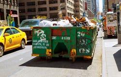 纽约-2017年5月04日在是流动的大型垃圾桶的纽约曼哈顿充分的与垃圾 免版税库存照片