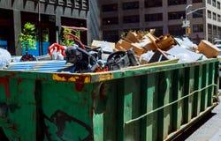 纽约-2017年5月04日在是流动的大型垃圾桶的纽约曼哈顿充分的与垃圾 库存照片
