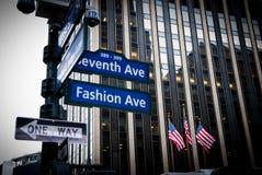 纽约-2011年1月05日:与美国旗子的第七路牌在2011年1月05日的被覆盖的天在纽约,美国 免版税图库摄影