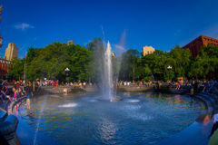 纽约- 2017年7月22日:享受夏日的未认出的人民在华盛顿广场公园,在里面 免版税库存图片