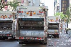 纽约- 2015年6月14日:卡车在每年波多黎各天游行以后清洗街道 免版税库存照片