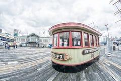 纽约- 2013年6月13日:沿码头17的游人在downtow 库存图片