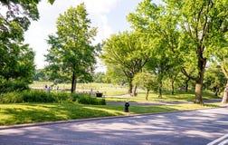 纽约- 2013年6月15日:游人在su享用中央公园 图库摄影