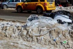 纽约-2017年3月16日:积雪的街道和褐砂石在曼哈顿,纽约 库存照片