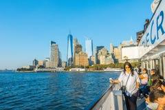 纽约- 2016年10月18日:观看李的雕象游人 免版税库存图片