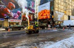 纽约-2017年3月16日:建设中的路,涂柏油过程中 免版税库存图片
