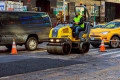 纽约-2017年3月16日:建设中的路,涂柏油过程中 库存照片