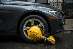 纽约- 2016年10月27日:NYPD交通部门解雇了在城市街道上的客车在没有常设区域 免版税库存照片