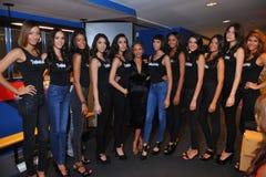纽约- 8月08 :后台模型联盟与在顶面式样拉提纳2014比赛前的法官 库存图片