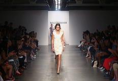 纽约- 9月06 :模型步行Katya Leonovich春天夏天2015时装表演的跑道 免版税库存图片
