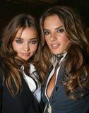 纽约- 9月09 :模型米兰达克尔(l)和亚历山德拉Ambrosio (r)在Cipriani餐馆摆在后台 免版税图库摄影