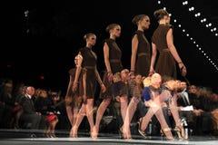 纽约- 2月10 :模型走跑道在拉尔夫Rucci时装表演在秋天期间2013年 免版税库存照片