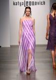 纽约- 9月06 :模型走Katya Leonovich春天夏天2015时装表演的跑道 免版税库存图片