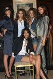 纽约- 9月09 :模型(L-R)卡罗琳Ribero米兰达克尔,亚历山德拉Ambrosio, Morgane和Ujjwalla (坐)姿势backstag 免版税库存照片