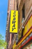 纽约- 5月22 :2013年5月22日的一个地铁快餐出口寸 库存照片