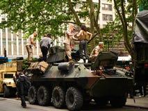 纽约-美国,在街道上停放的一辆军事坦克的美国海军陆战队在公众的一次示范时 库存图片