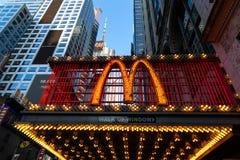 纽约/美国- 2018年7月13日:时代广场麦克唐纳光s 库存图片