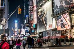 纽约-美国- 25 05 2014 - 时代广场走在汽车附近的夜人乘出租车驾驶 图库摄影