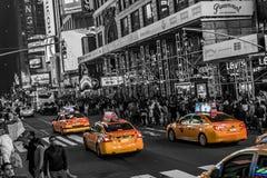 纽约-美国- 25 05 2014 - 时代广场走在汽车附近的夜人乘出租车驾驶 库存图片