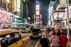 纽约-美国- 25 05 2014 - 时代广场走在汽车附近的夜人乘出租车驾驶 免版税库存图片