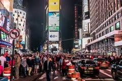 纽约-美国- 25 05 2014 - 时代广场走在汽车附近的夜人乘出租车驾驶 免版税库存照片