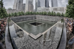 纽约-美国- 6月13日2015人临近喷泉和9/11memorial 库存图片