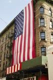 纽约-美国2016年9月12日-垂悬从a的大美国旗子 库存照片