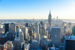 纽约-美国 降低与著名帝国大厦和摩天大楼的曼哈顿街市地平线的看法在日落 库存照片