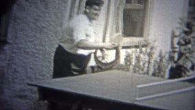 纽约- 1947年:乒乓球配比在艺术家人口中的性之间 股票视频