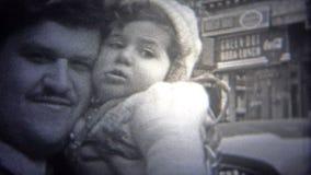 纽约- 1946年:亲吻街市纽约繁忙的都市街道的爸爸婴孩  股票视频