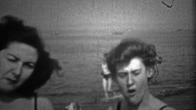 纽约- 1946年:到海滩的一次旅行在变冷静的老科尼岛在一个热的夏日 股票视频
