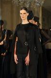 纽约- 2月06 : 在静态介绍的设计姿势俄国时装业接收的F/W 2013年 图库摄影