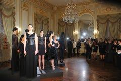 纽约- 2月06 : 设计摆在俄国时装业接收的F/W静态介绍2013年 免版税图库摄影