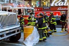 纽约- JJujy 02日2018年:消防队在事故以后抽从汽车的燃料 免版税库存图片